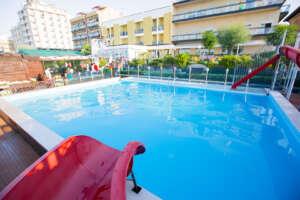 Spiaggia Carmen 67, spiaggia attrezzata a Cattolica con piscina con acquascivolo